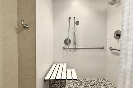 Embassy Suites by Hilton Greenville Downtown Riverplace - Greenville - Bathroom
