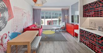 Radisson Red Hotel, Dubai Silicon Oasis - Dubai - Living room