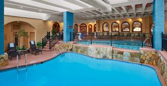 Embassy Suites Kansas City Plaza - Kansas City - Piscina