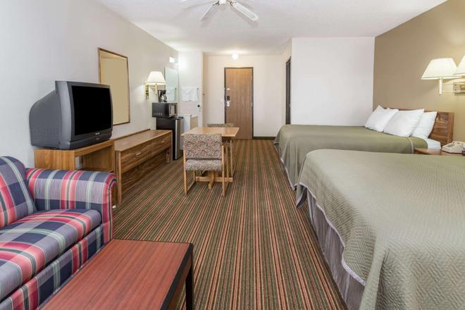 Travelodge by Wyndham Longmont - Longmont - Bedroom