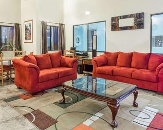 Travelodge by Wyndham Longmont - Longmont - Living room