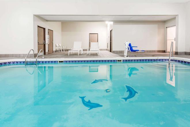 Travelodge by Wyndham Longmont - Longmont - Pool