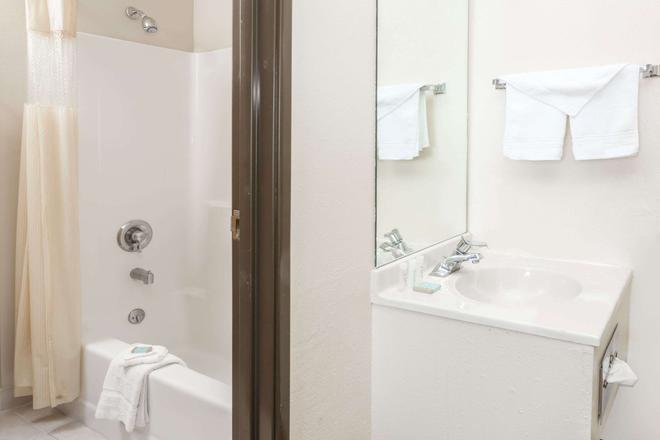 Travelodge by Wyndham Longmont - Longmont - Bathroom