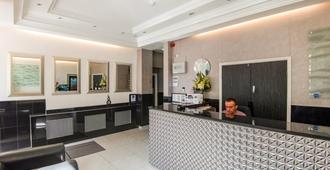 OYO Flagship Huttons - London - Front desk
