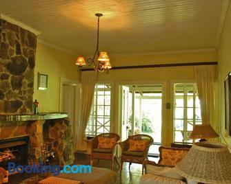 Reilly's Rock Hilltop Lodge - Манзіні - Living room