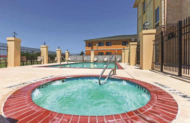 La Quinta Inn & Suites by Wyndham Granbury - Granbury - Uima-allas