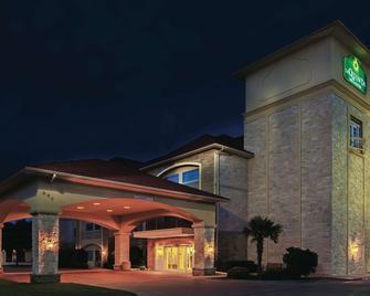 La Quinta Inn & Suites by Wyndham Granbury - Granbury - Building