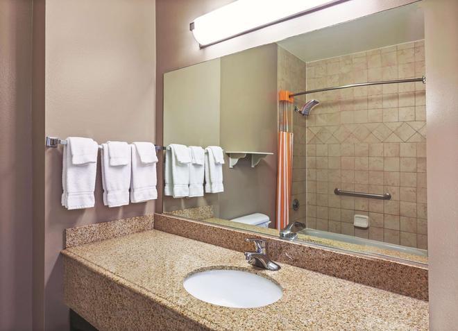 La Quinta Inn & Suites by Wyndham Granbury - Granbury - Μπάνιο