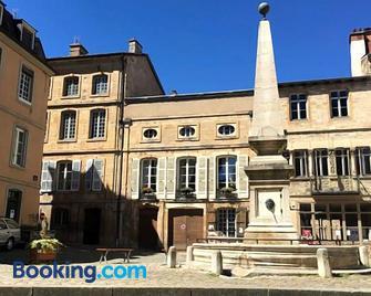 Maison Romane 1136 - Cluny - Gebäude