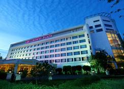 Crowne Plaza Chennai Adyar Park - Chennai - Building
