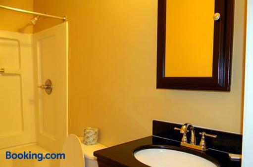 Stay Inn & Suites - Stockbridge - Bathroom