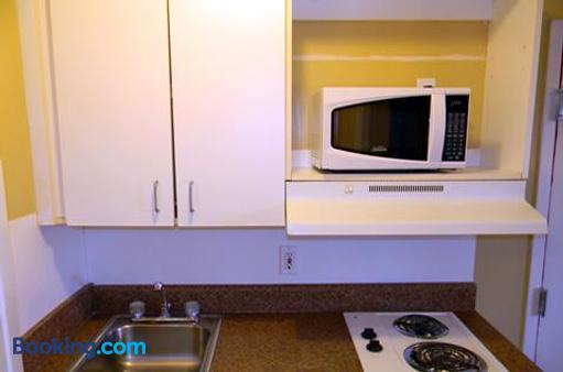 Stay Inn & Suites - Stockbridge - Kitchen