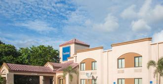 Travelodge by Wyndham Fort Myers Airport - פורט מאיירס