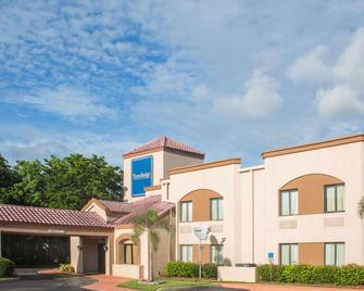 Travelodge by Wyndham Fort Myers Airport - Форт-Маєрс - Building
