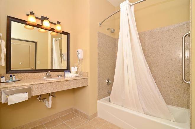 Best Western Plus Emory at Lake Fork Inn & Suites - Emory - Bathroom
