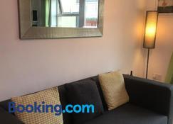 Deluxe Seaside Apartment Ground Floor with Private Entrance and Patio - Bundoran - Olohuone