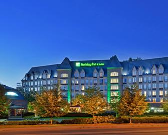 Holiday Inn & Suites North Vancouver - North Vancouver - Building