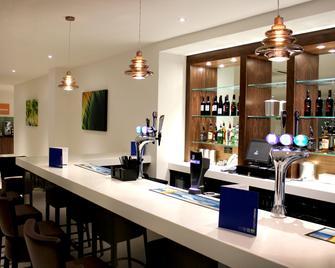 Holiday Inn Express Wakefield - Wakefield - Bar