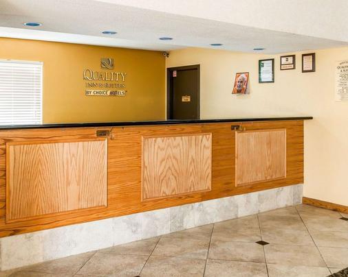 Quality Inn and Suites Shelbyville I-74 - Shelbyville - Front desk