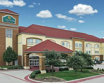 La Quinta Inn & Suites by Wyndham Stephenville - Stephenville - Building