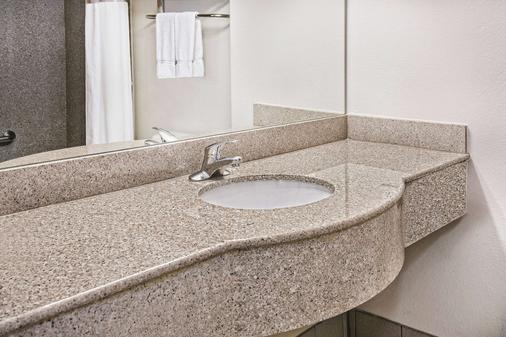 La Quinta Inn & Suites by Wyndham Stephenville - Stephenville - Bathroom