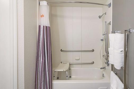 La Quinta Inn & Suites by Wyndham Atlanta Conyers - Conyers - Bathroom