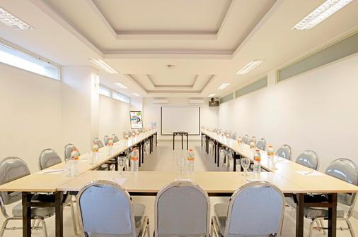 Pop! Hotel Diponegoro - Surabaya - Meeting room