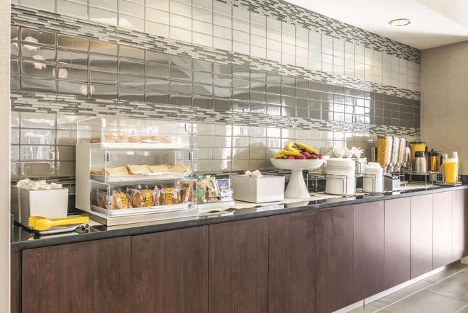 La Quinta Inn & Suites by Wyndham Alexandria Airport - Alexandria - Buffet