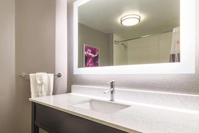 La Quinta Inn & Suites by Wyndham Alexandria Airport - Alexandria - Bad