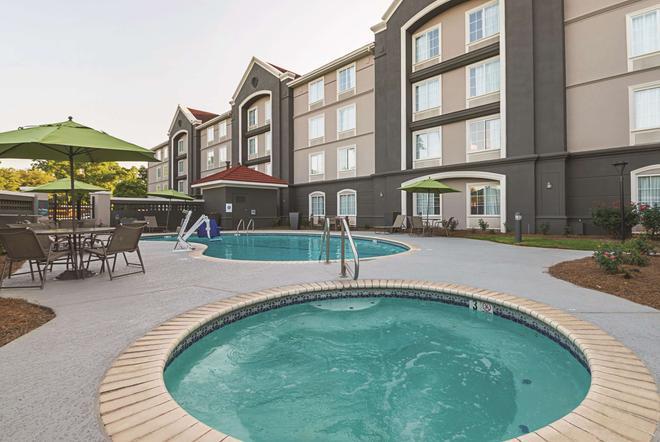 La Quinta Inn & Suites by Wyndham Alexandria Airport - Alexandria - Piscina