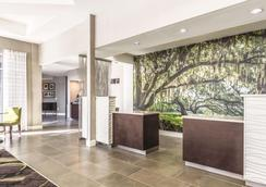 La Quinta Inn & Suites by Wyndham Alexandria Airport - Alexandria - Lobby
