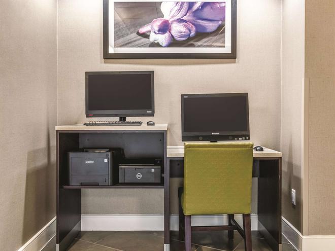 La Quinta Inn & Suites by Wyndham Alexandria Airport - Alexandria - Forretningscenter