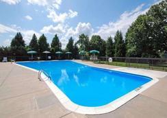 Quality Inn North - Richmond - Bể bơi
