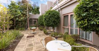 Kimberley Gardens Hotel & Serviced Apartments - Melbourne - Patio