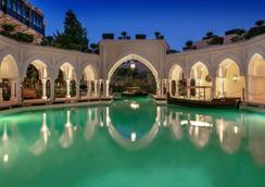 Shangri-La Hotel Qaryat Al Beri, Abu Dhabi - Abu Dabi - Piscina