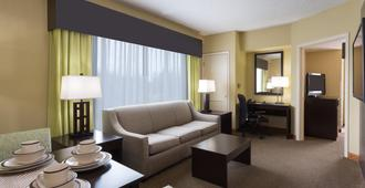 Holiday Inn Express Hotel & Suites New Tampa I-75, An Ihg Hotel - Tampa - Living room