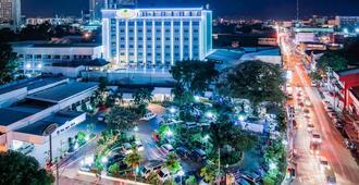 Apo View Hotel - דבאו