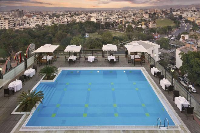 Ramada by Wyndham Jaipur - Jaipur - Pool