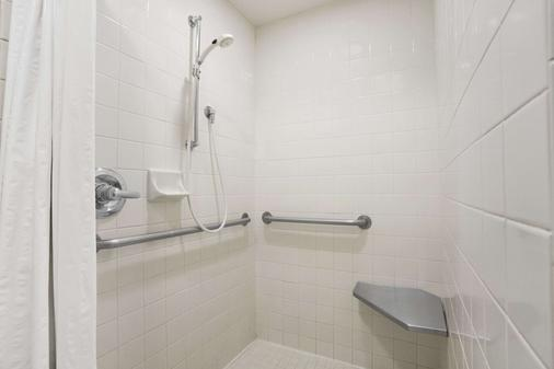 Super 8 by Wyndham Springfield/Eugene - Springfield - Bathroom