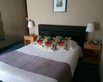 L'hostellerie de la rivière - Creil - Schlafzimmer