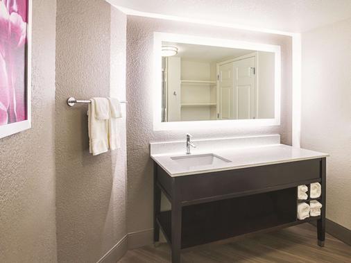La Quinta Inn & Suites by Wyndham Fort Worth North - Fort Worth - Bathroom