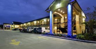Americas Best Value Inn & Suites Lake Charles at I-210 Exit 11 - Lake Charles - Toà nhà