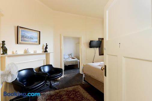 Edinburgh Gallery Bed & Breakfast - Hobart - Living room