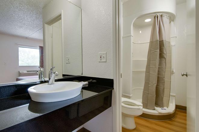 Motel 6 Salina, KS - Salina - Bathroom