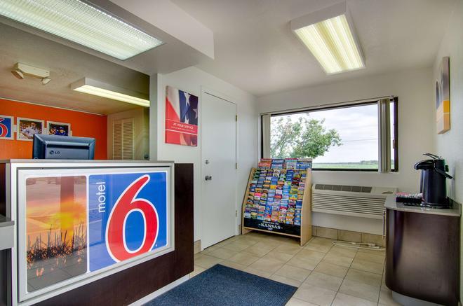 Motel 6 Salina, KS - Salina - Front desk