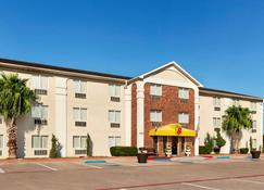 Super 8 by Wyndham Waco University Area - Waco - Toà nhà