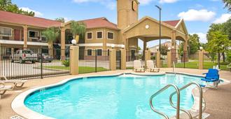 Super 8 by Wyndham Houston/Brookhollow NW - Houston - Pool