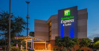 Holiday Inn Express & Suites San Antonio Medical-Six Flags - San Antonio - Building