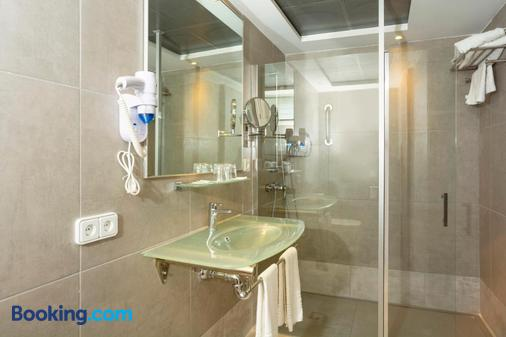 Apartamentos HSM Lago Park - Can Picafort - Bathroom