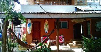 Coral Reef Surf Hostel - Tamarindo